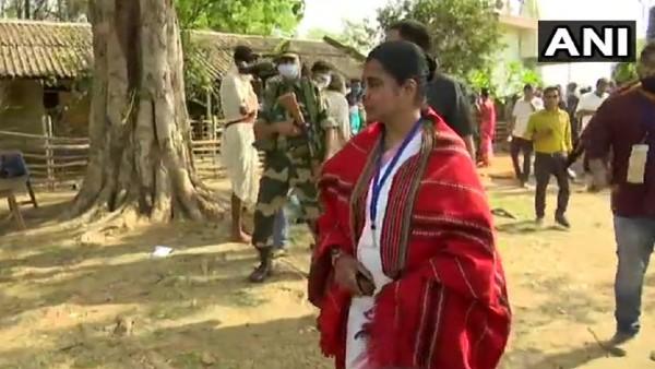 बंगाल: बीजेपी प्रत्याशी का आरोप- पोलिंग एजेंट को अंदर नहीं जाने दे रहे TMC के गुंडे