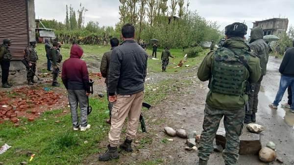 ये भी पढ़ें: कश्मीर: पुलवामा में सड़क किनारे मिली IED, बम स्क्वाड ने किया डिफ्यूज