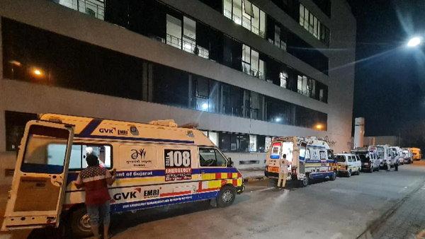 अहमदाबाद: एशिया के सबसे बड़े कोविड हॉस्पिटल में भी ऑक्सीजन की किल्लत, रिश्तेदार मरीज के साथ हाथ में सिलेंडकर लिए 3 दिन भटकते रहे