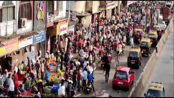 महाराष्ट्र में देश के 61% सक्रिय कोरोना मरीज, फिर भी उमड़ी भारी भीड़, CM करेंगे आज उच्च-स्तरीय बैठक