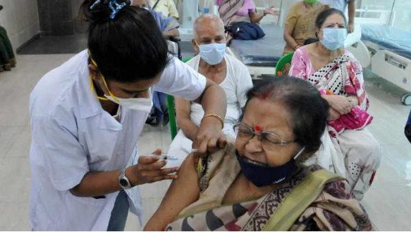 अरविंद केजरीवाल का बड़ा फैसला, दिल्ली के अस्पतालों में 24 घंटे लगेगा कोरोना का टीका