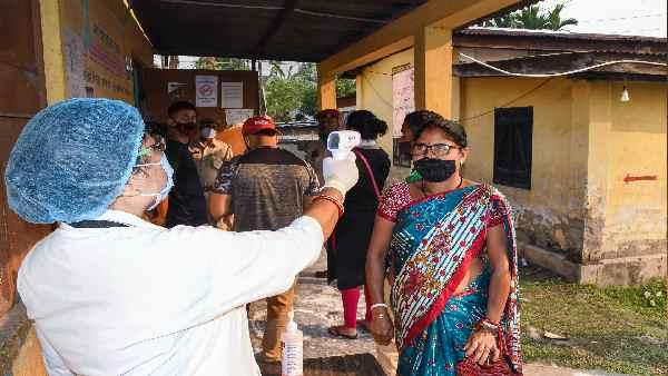 यह पढ़ें: कोविड के बीच चुनाव: बंगाल-केरल में एक हफ्ते में दोगुने हुए ऐक्टिव केस, असम में 230% उछाल