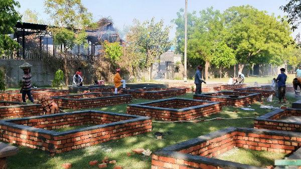 दिल्ली में कोरोना से हाहाकार, श्मशान भरे तो पार्क में बनाए गए शवदाह प्लेटफॉर्म