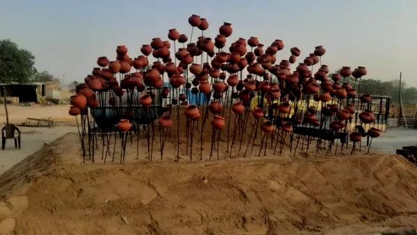 किसानों ने NH 48 पर रातों-रात बनाया शहीद स्मारक, आंदोलन में मारे गए हर किसान की स्मृति में लगाया कलश