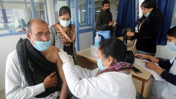 गुजरात में कोरोना से ठीक होने की दर लगातार घटी, जानें जा रहीं ज्यादा; कर्फ्यू से तंग लोगों के लिए अब बांटे जा रहे स्टीकर