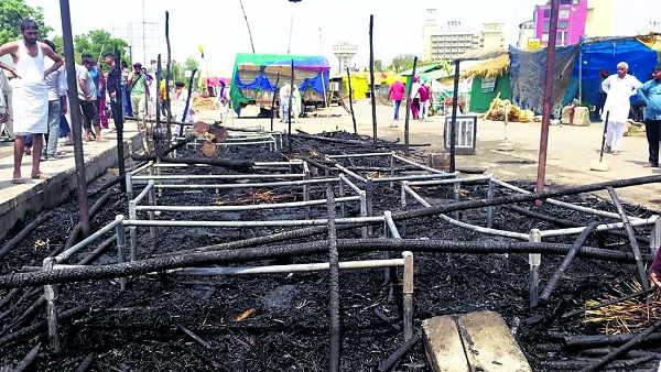 दिल्ली: धरनास्थल पर झोपड़ियां जलीं, सामान भी खाक, किसान बोले- हमें जबरन हटाने में जुटी सरकार