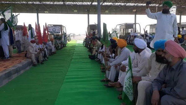 Singhu border farmers protest One side of highway cleared for passage of covid emergency services