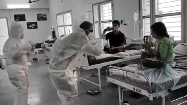 गुजरात के अस्पताल में कोरोना संक्रमित मरीजों का मनोरंजन करते हेल्थ वर्कर्स, वायरल हुआ वीडियो