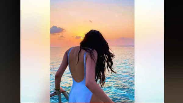 जान्हवी कपूर का स्विमसूट में हॉट लुक देख फैंस हुए दीवानें, देखें वायरल  तस्वीरें | Bollywood news, Janhvi Kapoor's hot look in swimsuit, fans are  crazy, see viral photos - Hindi Oneindia