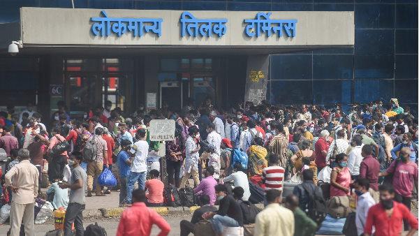 मुंबई लोकमान्य टर्मिनस पर मजदूरों की भारी भीड़, रेलवे बोला-हर साल गर्मियों में इस तरह की भीड़ होती है