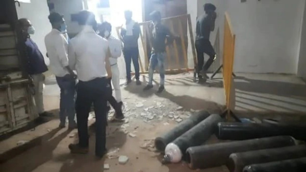 मध्य प्रदेश : दमोह के कोविड अस्पताल में ऑक्सीजन सिलेंडर के लिए मची लूट