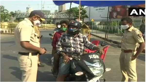 मुंबई पुलिस से लड़के ने पूछा गर्लफ्रैंड से मिलने जाना है कौन सा स्टीकर लगाऊं? जानें मजेदार जवाब