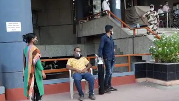 coronavirus patient Dies who had to sit on protest outside municipal office in Nashik With Oxygen Mask