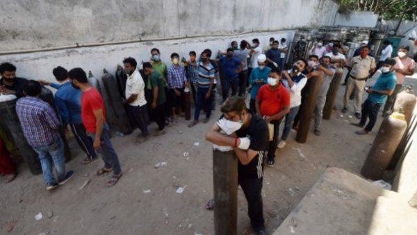 दिल्ली में ऑक्सीजन की किल्लत बरकरार, अस्पताल बोले- भीख मांगने और उधार लेने जैसे हालात