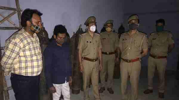 ये भी पढ़ें:- Ghaziabad: 300 का ऑक्सीजन सिलेंडर बेच रहे थे तीन हजार में, पुलिस ने 101 सिलेंडर के साथ दो पकड़े