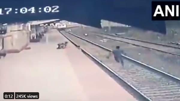 <strong>रेलवे ट्रैक पर गिरे बच्चे की मां थी नेत्रहीन, Mayur Shelkhe ना बचाते तो बुझ जाता जिंदगी का दीया</strong>