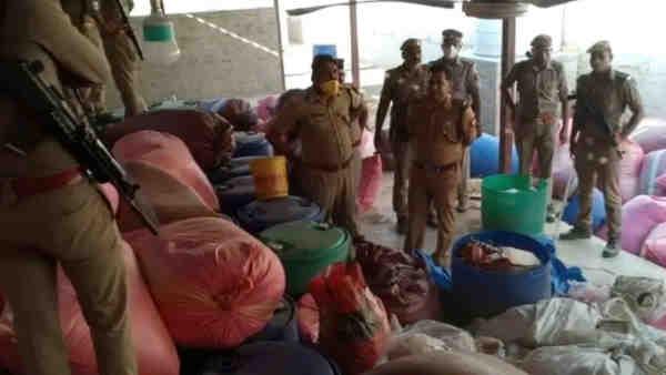प्रतापगढ़: JCB से जमीन की खुदाई कर पुलिस ने बरामद की 10 करोड़ की शराब, गोशाला की आड़ में चल रही थी फैक्ट्री