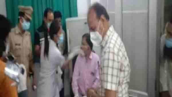 ये भी पढ़ें:- Rampur: नर्स ने चिकित्सक को जड़ा जोरदार तमाचा, फिर डॉक्टर ने भी नर्स को पीटा, वीडियो वायरल