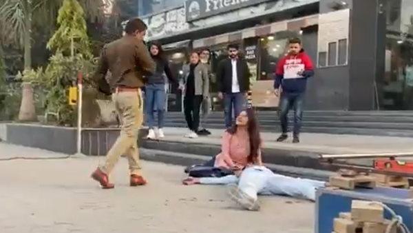 fact check: पुलिसकर्मी ने गुस्से में कपल को गोलियों से भूना? सामने आया वायरल वीडियो का सच