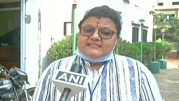 बंगाल: TMC प्रत्याशी सुजाता मंडल पर ईंटों से हमला, लाठी लेकर दौड़ाने का भी लगाया आरोप