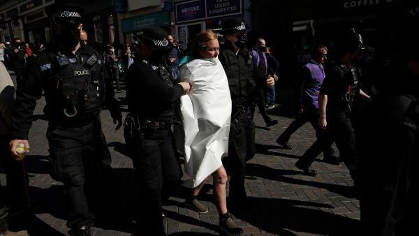 प्रिंस फिलिप की शोक सभा से चिल्लाते हुए भागी महिला, सड़क पर खोले सारे कपड़े, मचा हंगामा