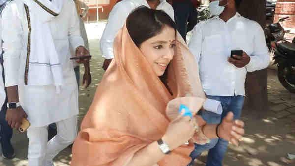 पारसनाथ यादव की बहू उर्वशी सिंह जिला पंचायत चुनाव में आजमा रही हैं अपना भाग्य, लंदन रिटर्न व IIM से है पासआउट