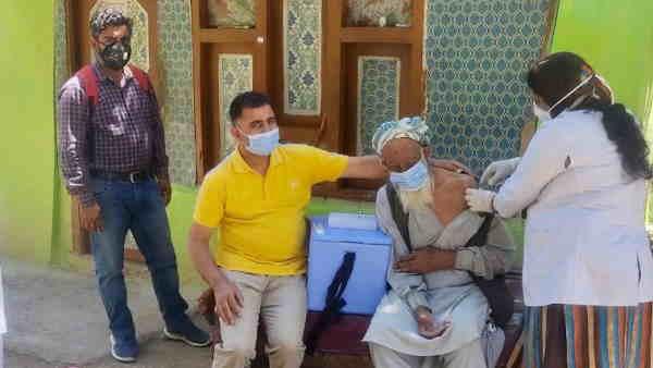 जम्मू-कश्मीर: 118 साल के बुजुर्ग ने कोविड वैक्सीन लगवाकर पेश की मिसाल, घर जाकर स्वास्थ्य टीम ने लगाया टीका