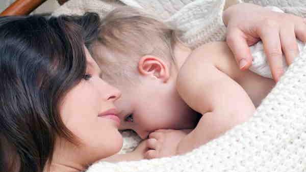 अचानक बढ़ी मां के दूध की मांग, सोशल मीडिया पर यूजर कर रहे अपील, जानिए वजह और कितना है सेफ?
