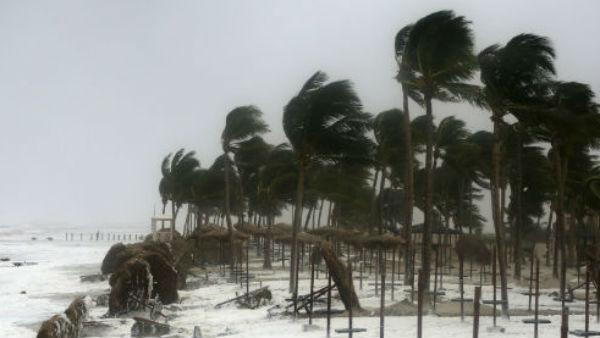 Yaas Cyclone: यास चक्रवात अभी से मचाने लगा तबाही, इन 10 वीडियो में देखें तूफान का तांडव
