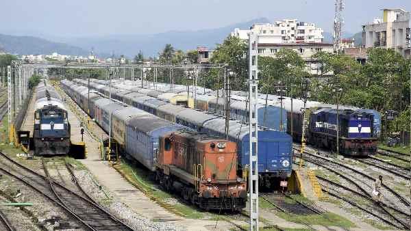 इसे भी पढ़ें- IRCTC: यात्रीगण कृपया ध्यान दें! रेलवे ने कैंसिल कर दी ये ट्रेंन, सफर से पहले इन नंबर पर फोन कर लें जानकारी