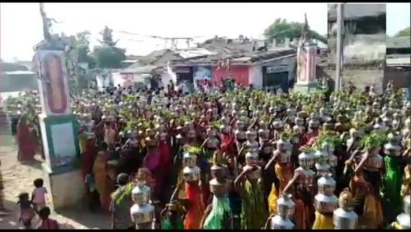 गुजरात: कोरोना से सर्वाधिक प्रभावित अहमदाबाद में उड़ी सोशल डिस्टेंसिंग की धज्जियां, सरपंच समेत 23 पर कार्रवाई