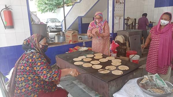 दिल्ली: कोरोना मरीजों को घर बैठे मिल रहा है मुफ्त खाना, गुरुद्वारे में हर दिन बनती हैं 500-600 थालियां