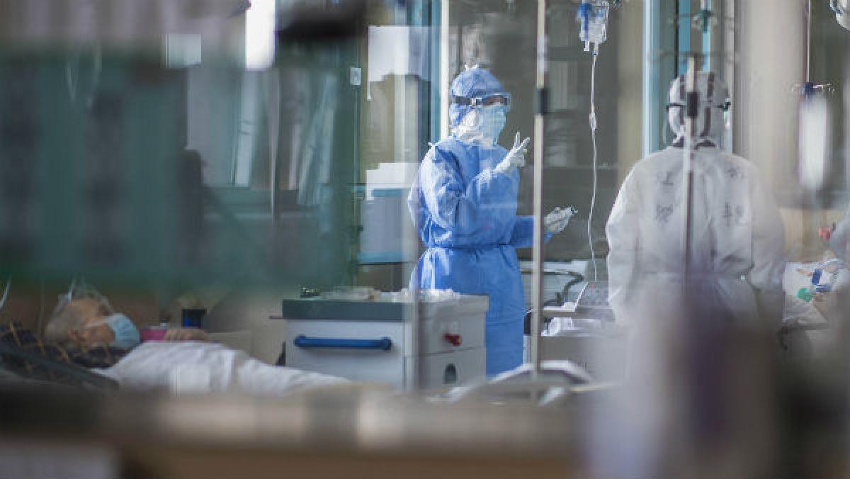 कोविड केस के मामलों में टॉप पर पहुंचा ये यूपी का जिला, अस्पतालों में फर्श पर हो रहा मरीजों का इलाज