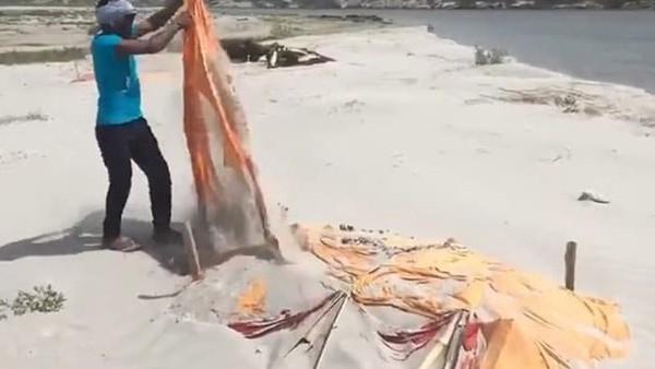 ये भी पढ़ें:- प्रयागराजः गंगा किनारे बालू में दफन शवों के ऊपर से हटाए गए कफन, उखाड़ी गई लकड़ियां