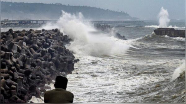 तौकते चक्रवात की तबाही: तिनकों की तरह बिखरे पेड़ और खंभे, खतरे में लाखों जिंदगियां, गुजरात के 655 गांव खाली कराए गए