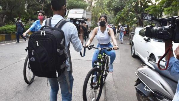 साइकिल चला रहीं जाह्नवी कपूर के सामने खड़ा हो गया फोटोग्राफर, एक्ट्रेस ने कहा- 'ऐसा मत करो डेंजरस है'