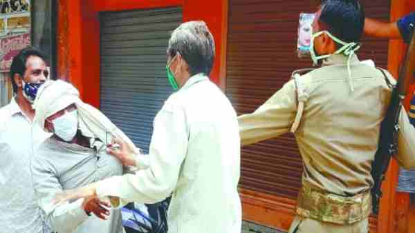 कासगंज: कोरोना कर्फ्यू के दौरान सड़क पर घूम रहे थे लोग, पकड़-पकड़कर जबरन लगाई वैक्सीन