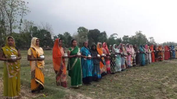 यूपी के गांवों में फैलते कोरोना से बचने के लिए आस्था की शरण में ग्रामीण, सुबह-शाम कर रहे हैं विशेष पूजा