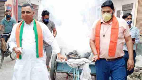 ये भी पढ़ें:- ठेले पर हवन का धुआं लेकर शंख बजाते हुए मेरठ की गलियों में घूमे भाजपा नेता, कहा- भागेगा कोरोना