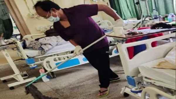 कोरोना से जूझ रहे मंत्री ने अस्पताल में लगाया पोछा, वायरल फोटो देख लोगों ने तारीफ में पढ़े कसीदे