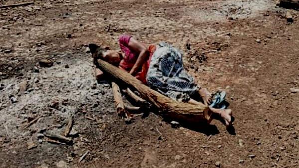 मां सह नहीं पा रही जुदाई, मृत बेटे की याद आने पर मुक्तिधाम जाकर चिता की राख पर लेट जाती हैं मंगूबेन