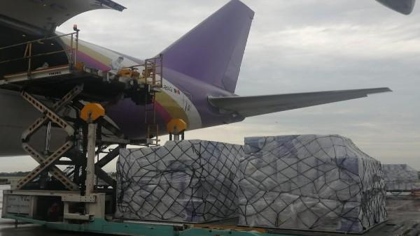 कोरोना के बीच चीन से आई सबसे बड़ी सप्लाई, 3600 ऑक्सीजन कॉन्सेंट्रेटर लेकर दिल्ली पहुंचा विमान