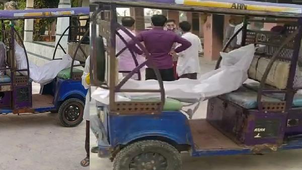Saharanpur: कोरोना संक्रमित के लिए नहीं मिली एंबुलेंस, शव को ई-रिक्शा में लादकर पहुंचाया श्मशान