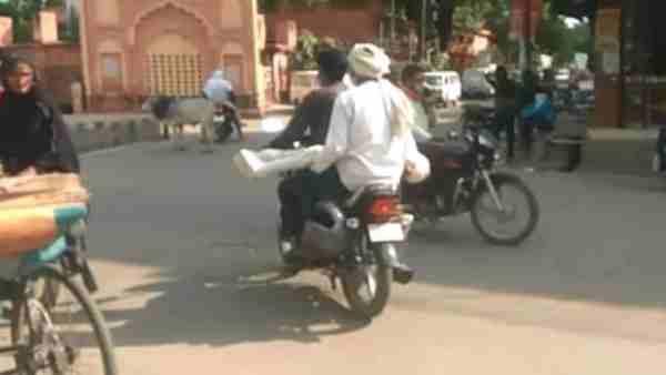 ये भी पढ़ें:- सीतापुर में नहीं मिला शव वाहन, बेटे का शव बाइक से पोस्टमार्टम हाउस लेकर पहुंचा पिता