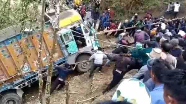 ये भी पढ़ें:- सोनभद्र: आमने-सामने की टक्कर में 10 फीट गहरी खाई में गिरा ट्रक, महिला समेत चार लोगों की मौत