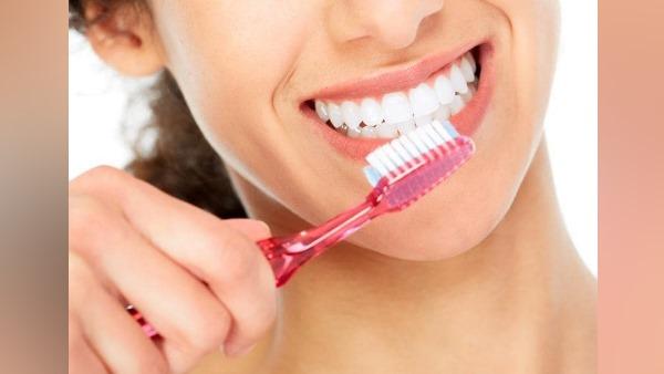 कोरोना से ठीक हुए मरीजों के लिए क्यों जरूरी है टूथब्रश बदलना, एक्सपर्ट ने किया खुलासा