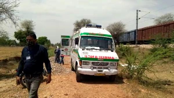 5 बच्चों के साथ पटरियों पर बैठी रेलवे गेटमैन की पत्नी, 4 की मौत, ट्रेन देख 2 बेटियां हाथ छूड़ाकर भागींं