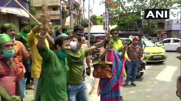 पश्चिम बंगाल चुनाव परिणाम 2021: रुझानों में टीएमसी ने छुआ बहुमत का आंकड़ा, जश्न में डूबे समर्थक