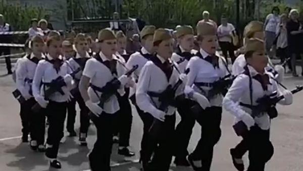 रूस में प्राइमरी स्कूल के बच्चों को युद्ध की ट्रेनिंग, हाथों में दिए गये 'हथियार', वतन पर मरने की खिलाई गई कसम