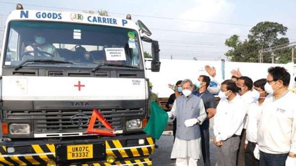 देहरादून पहुंची ऑक्सीजन एक्सप्रेस, मुख्यमंत्री ने ऑक्सीजन टैंकर को दिखाई हरी झंडी